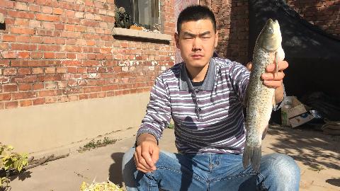 阿远和弟弟吃水煮鱼,出锅味儿好闻,真材实料就是正宗