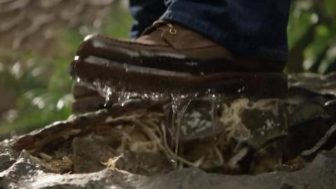男子踩碎岩石,发现脚上沾满黏稠液体,才知道自己闯了大祸