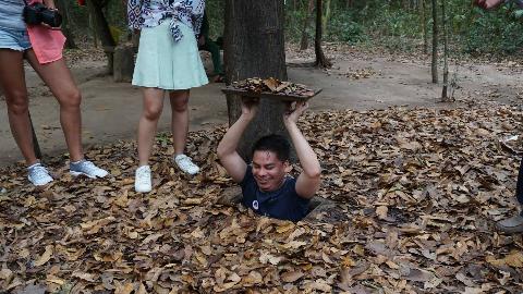 """越南这个地洞入口宽度虽然没有一米,底下却藏了个""""繁华城市"""""""