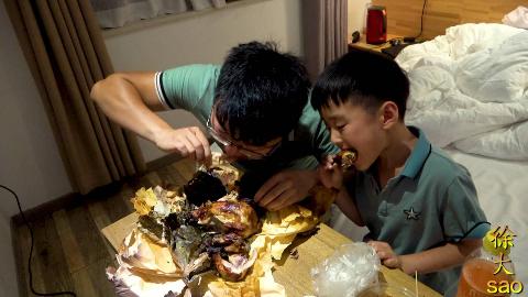 大sao父子吃宵夜,叫花鸡配担担面,还送大蒜,有蒜有肉真过瘾