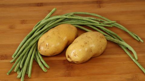 土豆别炒着吃了,加一把豆角,比吃肉还香,上桌连汤汁都不剩!