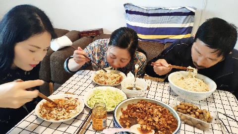 王大姐做鸡丁捞面,二斤鸡胸肉,四斤面条,一家人吃得真香真得劲