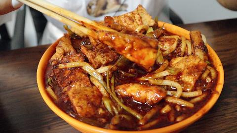 新疆最火辣的小吃,满满一碗辣酱裹着馕,很多人辣的受不了