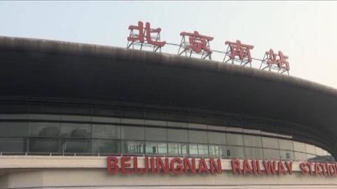 北京南站监控录下小偷行窃瞬间:趁乘客熟睡,瞬间偷走大量现金