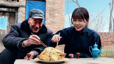 林小妹给爷爷做了土窑鸡,爷孙女俩喝着小酒,看了让人垂涎欲滴!
