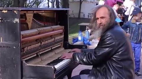 路边的钢琴都是在等一个灵魂无处安放的人