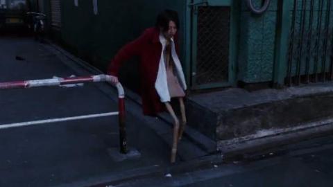 女孩压力太大,走在路上变成了一把椅子,还被路过的大叔捡回了家