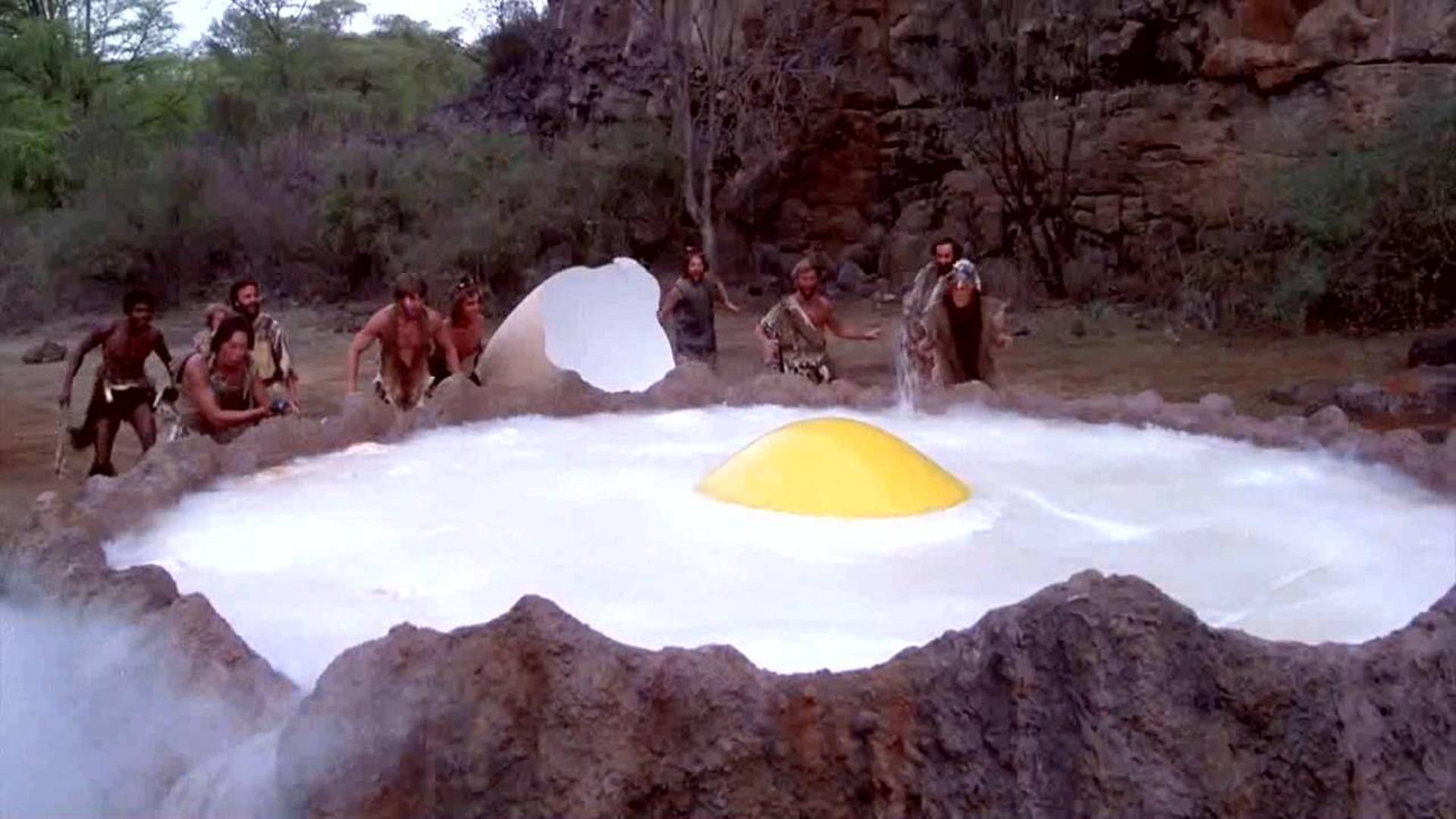原始人将食物丢到火山口,意外做出超大荷包蛋,一部科幻搞笑片!