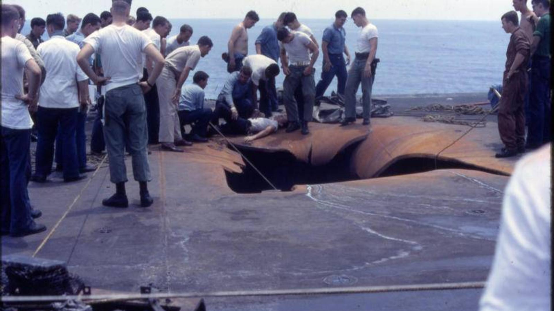 6马赫砸穿甲板!畏惧中国东风21D,美国11万吨核航母再次推迟部署