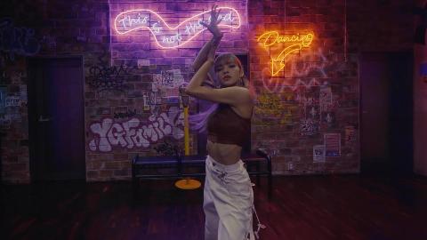 LILI s FILM #1 - BLACKPINK次世代蚂蚁腰LISA跳舞给你们看