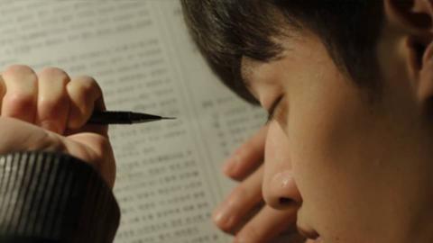 弟弟熟睡后,哥哥用自动铅笔戳他眼睛,谁知弟弟在装睡