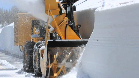 国土太小积雪倒哪去?日本动用无数机器,把雪吃掉抛进海里