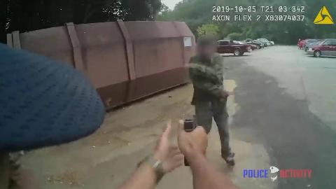 (粗暴)男子向警方挥刀,直接被开枪击倒