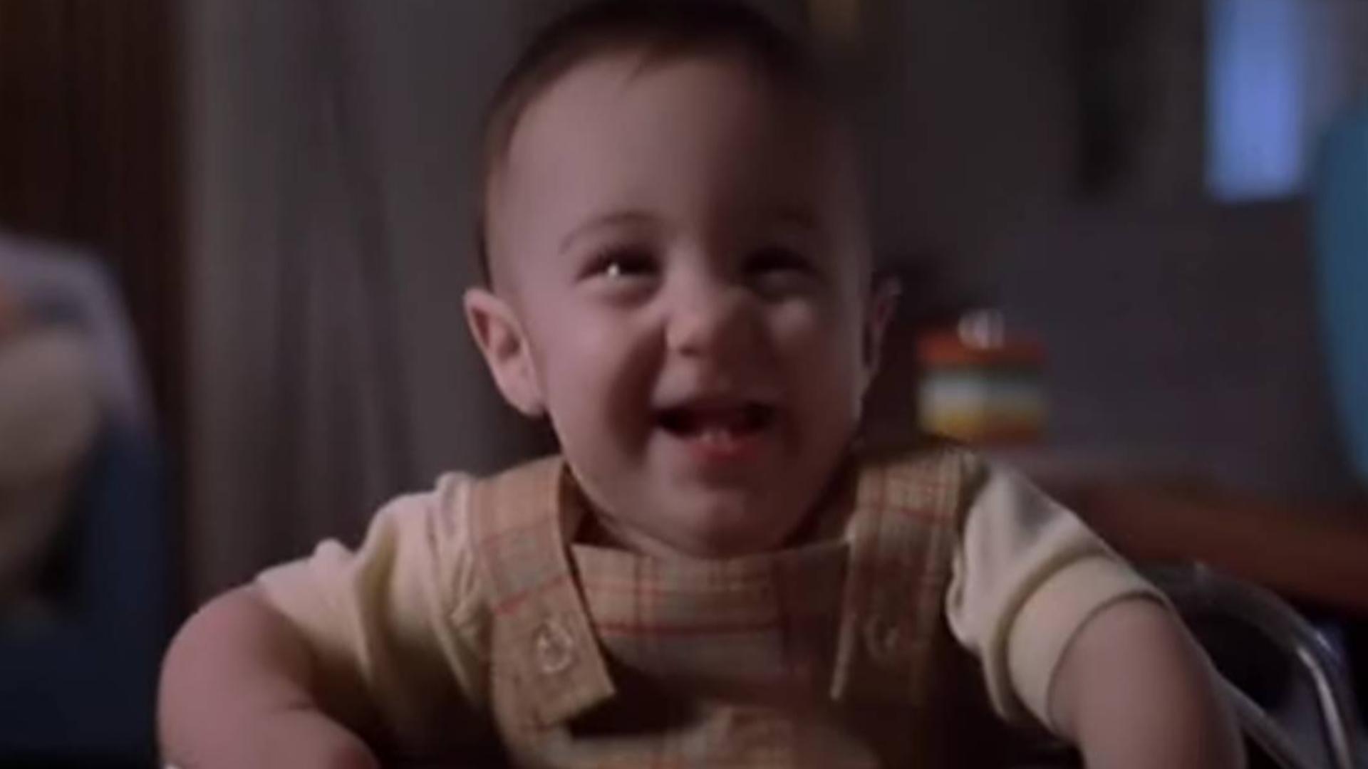 电影:小婴儿整天对墙笑,父母以为他神经病,却不想身边有鬼魂
