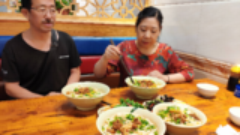 老两口去吃郑州二三十年老店,两大碗牛肉油泼面,双拼两盘凉菜