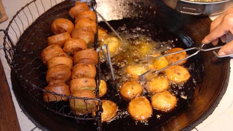 重庆辣椒馅的土家汉堡包,1元1个,小伙连吃5个