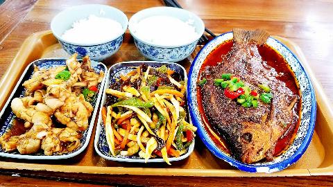 小伙在奉化大食堂,午饭花了50元,三硬菜、两碗米饭,实惠吗?