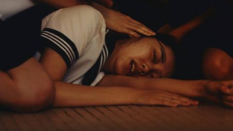 女生被同学残忍对待,等老师到来该做的都做了,一部经典日本电影