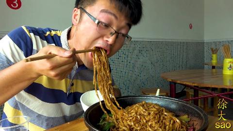 大sao下馆子,48元的铁锅牛肉焖面配腐竹汤,老板娘吃蒜厉害了