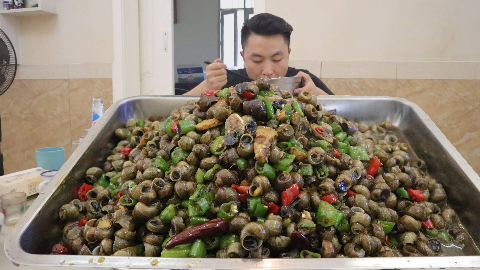 60元买十斤田螺,两斤尖椒爆炒,我和老妈抢着吃,老爸没吃到一颗