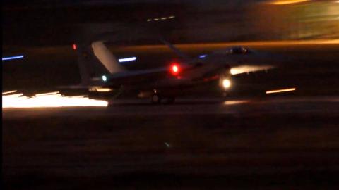 空自的一架F15使用拦阻索紧急降落