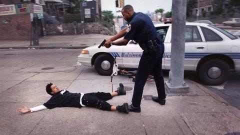 美国警察为救自杀者连开8枪将其击毙,网友:熟练的让人心痛