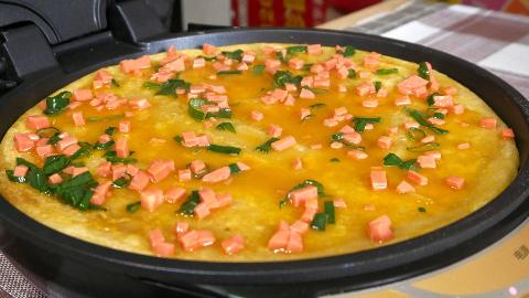 面食最新做法,加两个鸡蛋一根火腿,简单一做,比披萨还好吃