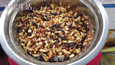 大闸蟹蒸了两锅,炸蜂蛹一大盘,高蛋白,吃过瘾了。
