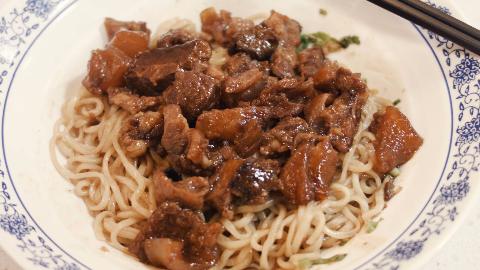 这一碗牛肉面里的肉量,估计是吃兰州拉面一个月的量,超满足!