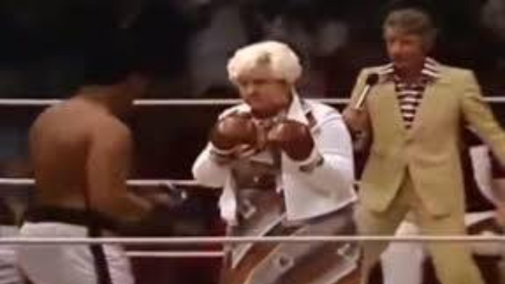 拳王阿里被老太太吓得腿哆嗦,这就是阿里的情商和魅力!