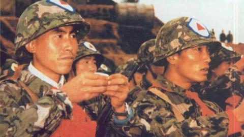 40年前解放军即将出征越南,战士说没喝过茅台,买光当地茅台壮行