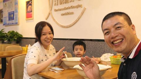 大叔第1次跟老婆儿子用餐出镜,全家人只吃了22元,满脸幸福