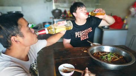 下水捞1条4斤草鱼,三德子去鸡场帮忙,结果吃顿现成火锅鱼真过瘾