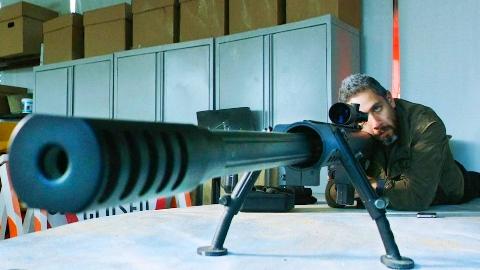 杀手拿出大口径狙击炮,一枪之后自己差点被震死《狙击精英巅峰对决》