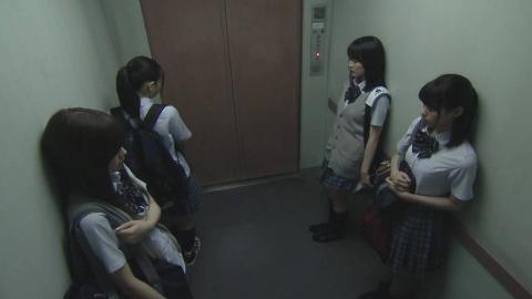 四个女孩深夜坐电梯,空间明明还很大,却总感觉异常拥挤