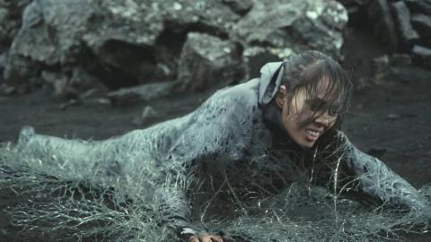 未来世界,犯人会被流放到可怕沼泽,让地下虫族吞噬他们