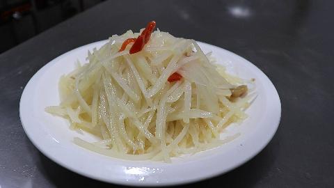 """厨师长教""""泡椒土豆丝""""的家常做法,酸辣脆爽,处理土豆有秘诀"""