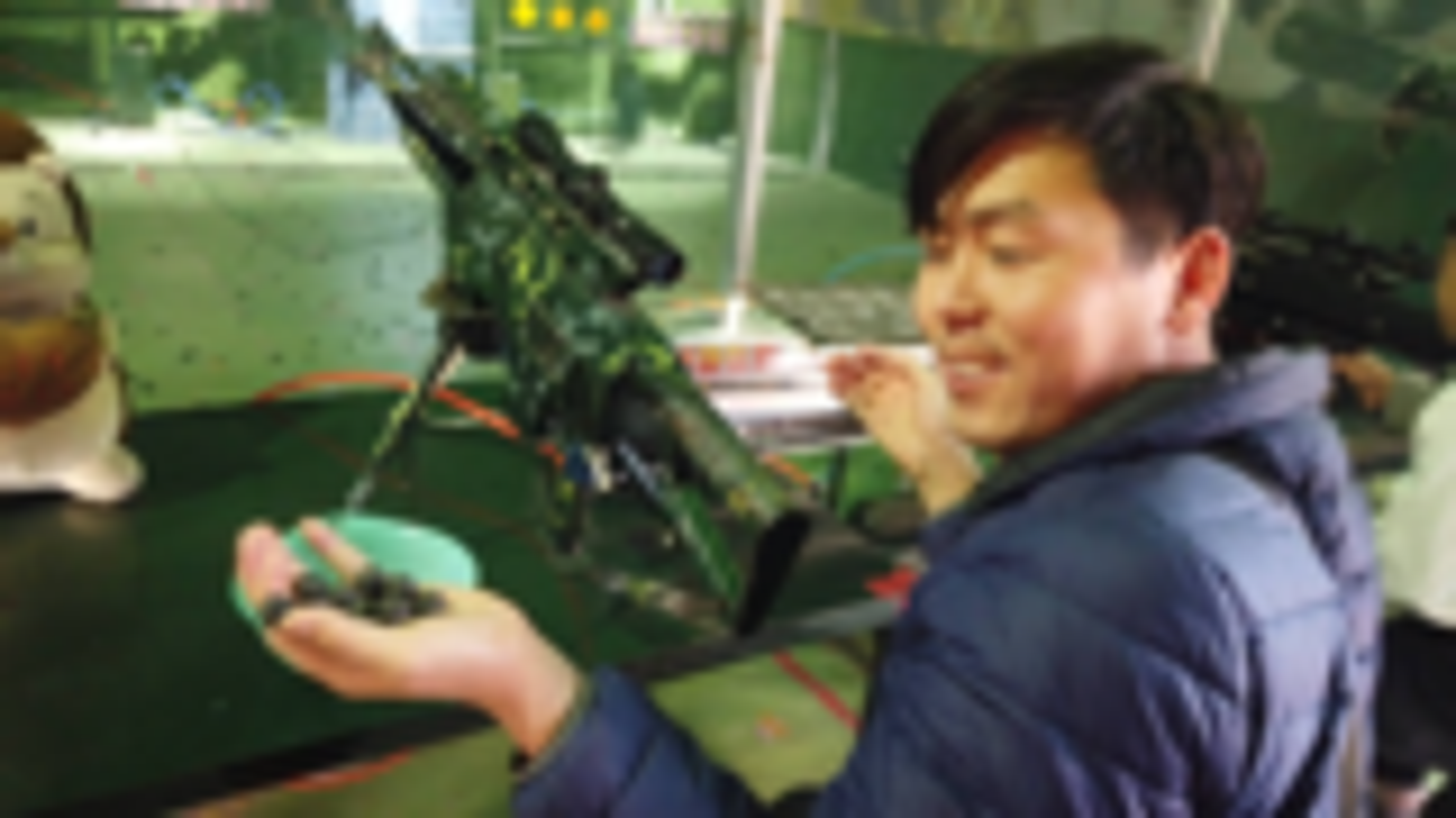 小伙军事体验馆试玩,600发水弹枪打靶射击,这样的打枪技术如何
