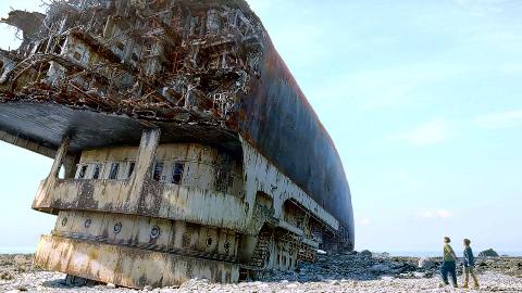 小伙被困荒岛,意外发现半艘废弃游轮,让他成为了救世主!