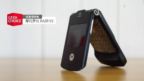 十五年前最薄的翻盖手机,摩托罗拉这款刀锋的厚度现在看来依然感人【极客博物馆第 35 期】