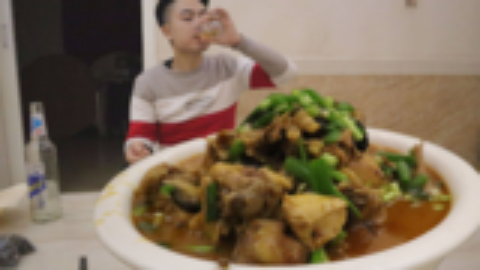 70元买了5斤鸡,李涛娃今天吃烧鸡公,一瓶啤酒一盆鸡,越吃越爽