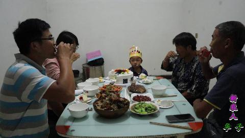 康康过生日:一只鸡,一条鱼,二斤牛肉,一斤虾,全家举杯畅饮
