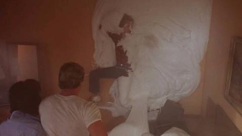 小伙去救人,不料被冰激凌糊在墙上,一部美国科幻片!