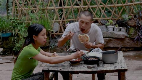 干完农活,良梅做了一盘包菜炒肉和凉拌皮蛋,范娃多吃了两碗饭