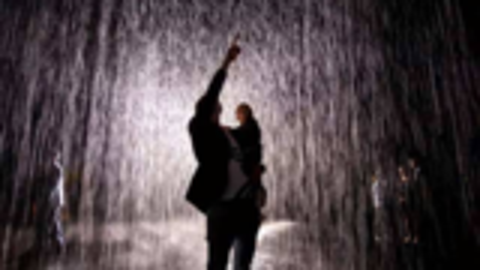 【必胜攻略】避免成为落汤鸡,在雨中跑还是走?
