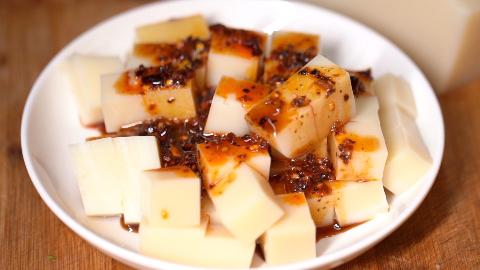 重庆街头小吃,用大米做成的豆腐4元一大盘,很多城市人20年没吃过了