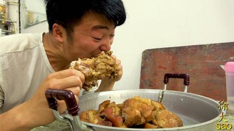 3斤卤肉,1根腿骨,配上网友送的20斤大蒜,大sao一顿吃过瘾