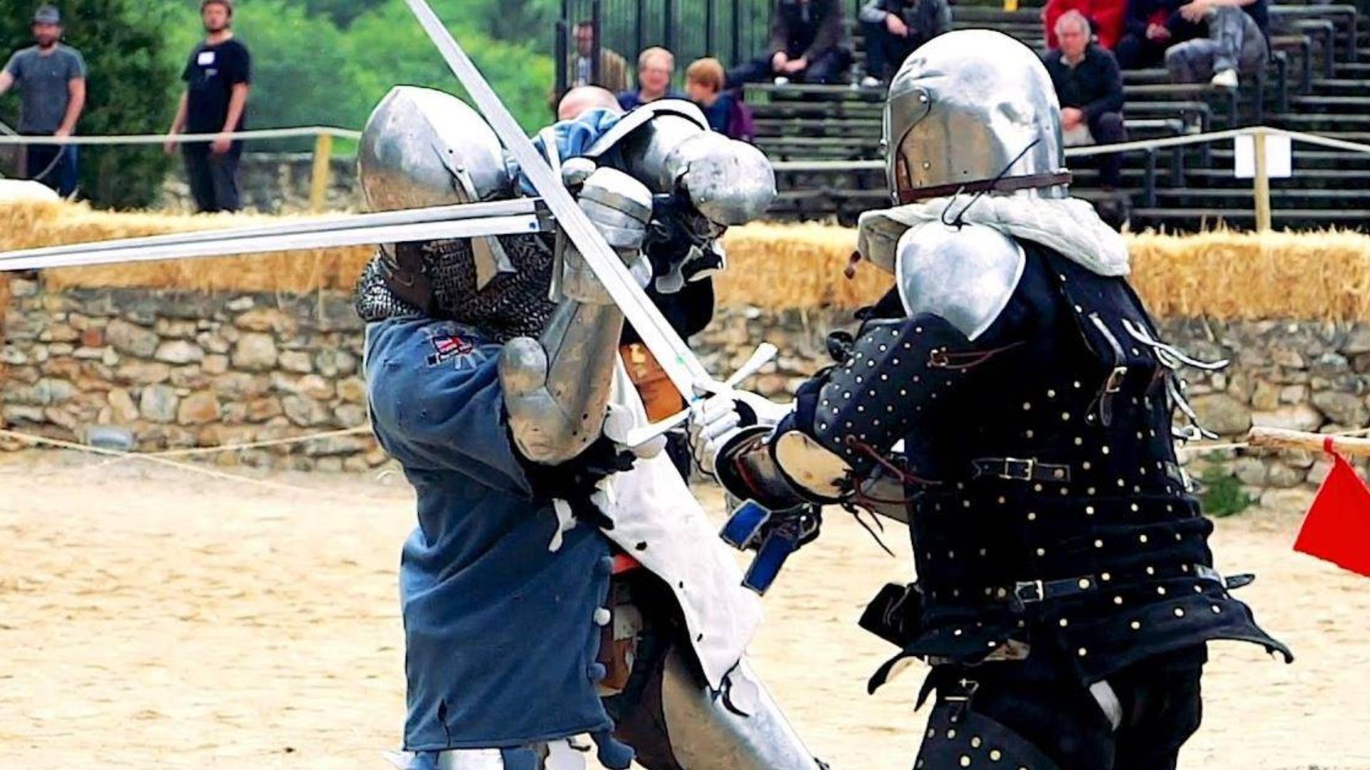 还原中世纪冷兵器格斗,双方身穿盔甲像是决战的武士!