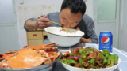 二斤生蚝肉炒辣椒,6只清蒸梭子蟹,简简单单的吃个晚餐,很惬意