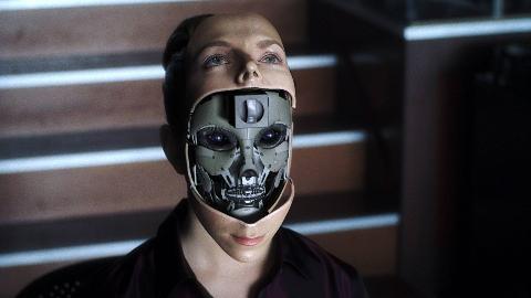 未来世界智能机器人,却被人类残忍碎尸,最后机器人也留下了眼泪